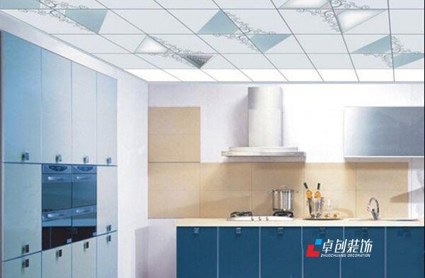 简约风格厨卫集成吊顶,蓝白相间,蓝色的柜门,白色的柜面,吊顶上面
